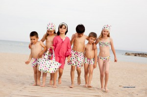niñas y niños en la playa conjunto bañadores