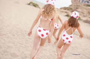 Bañador y bikini niña topos rojos